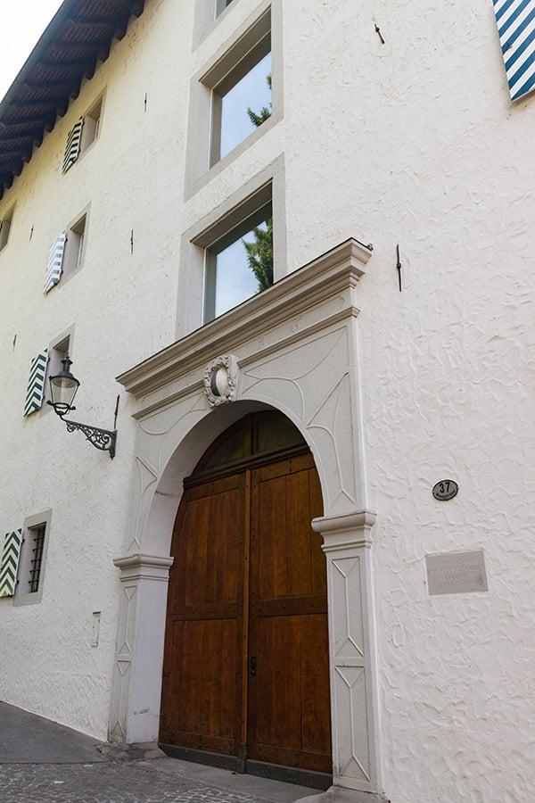 Früher verlief hier der Lastzug in das Dachgeschoss – deshalb durften moderne, grössere Fenster angebracht werden.