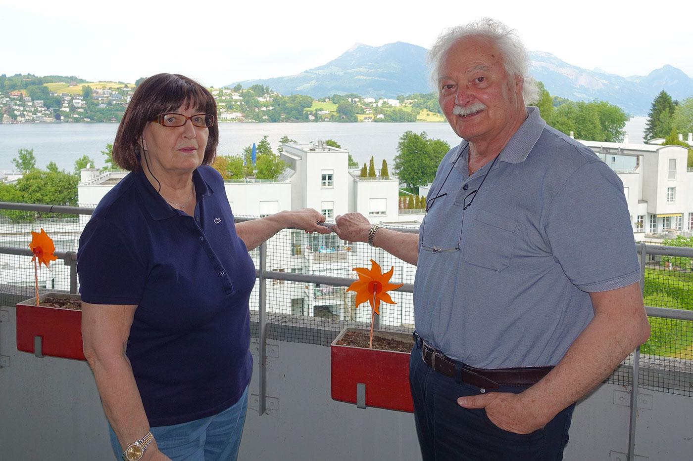 Diese Aussicht werden sie vermissen: Trudi und Josef Baumgartner auf dem Balkon im fünften Stock.