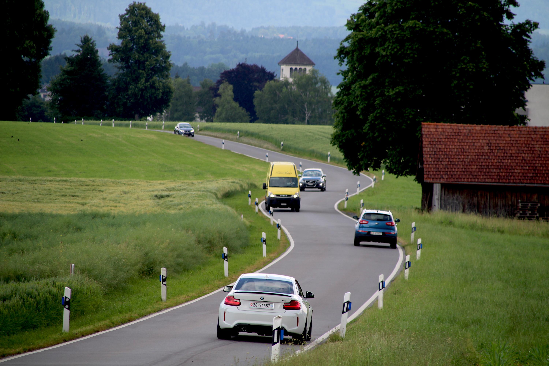 Eng, kurvig und doch beliebt: Der Schleichweg von Hünenberg übers Kloster Heiligkreuz zur Autobahn.