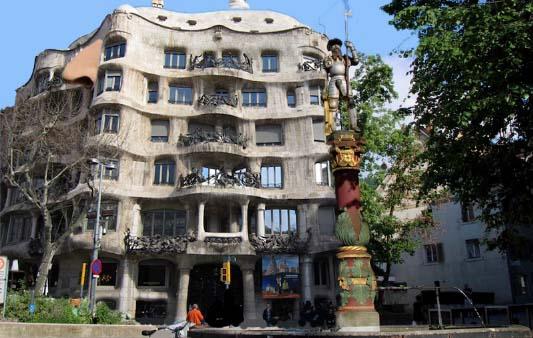 Aus Haus Zentrum mach Casa Centro. Und zwar könnte man das Haus beim Hirschenplatz in ein von Gaudi entworfenes Wohnhaus verzaubern. Nur die Nase bliebe dran.