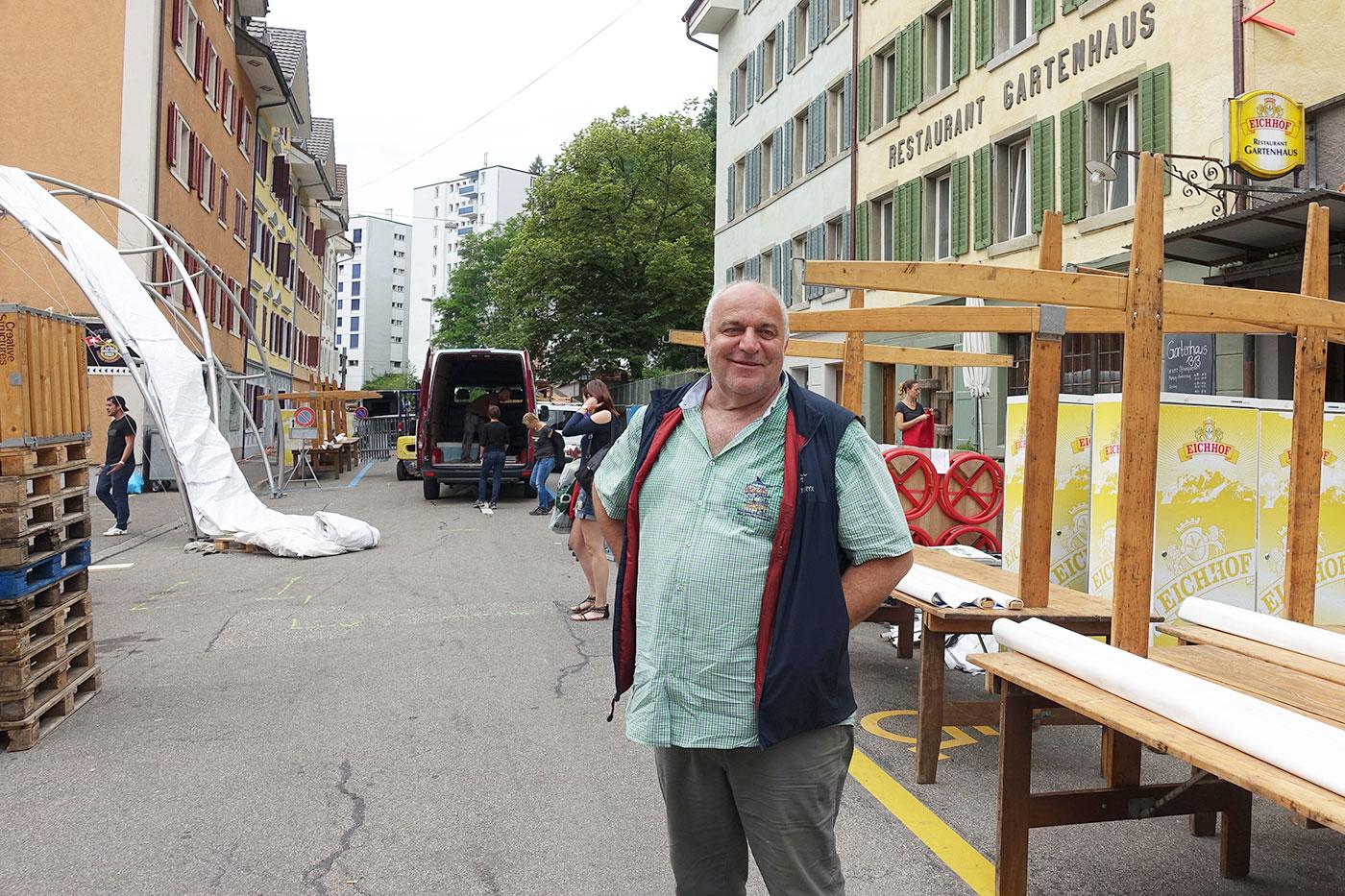Packt mit an: Heiri Michel inmitten der Vorbereitungen auf der Lindenstrasse.