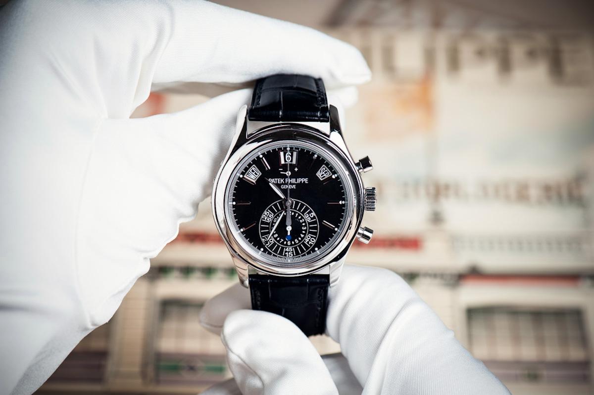 Ein Uhrmacher begutachtet ein Schmuckstück.