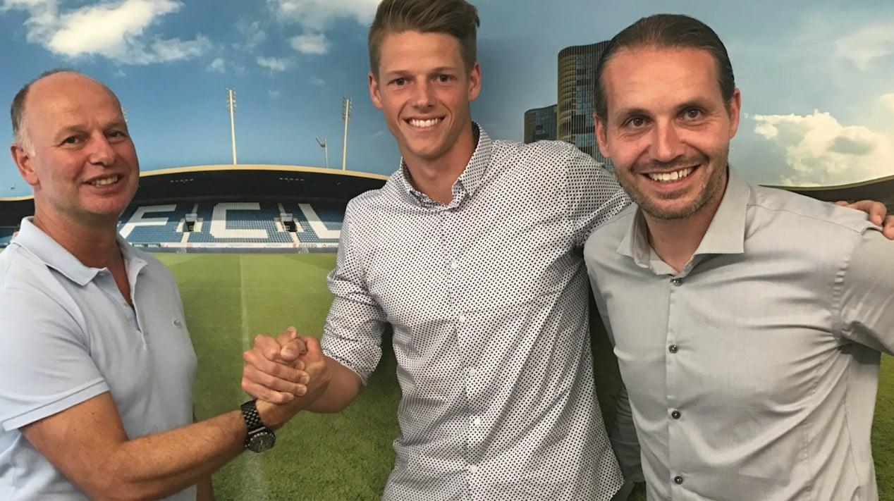 Marcel Kälin (links) und Sportchef Remo Meyer (rechts) feiern die Vertragsverlängerung mit Goalie Jonas Omlin.