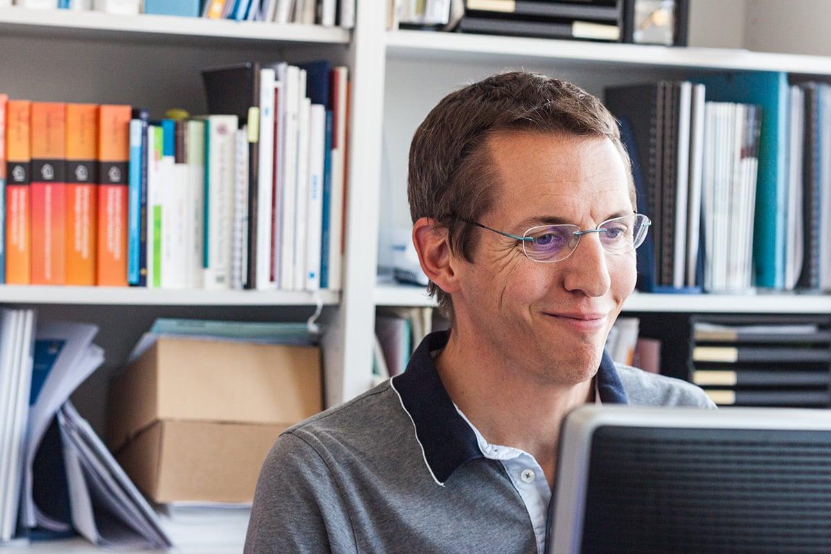 Andreas Liebrich an seinem Arbeitsplatz an Hochschule Luzern.