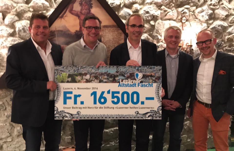 Die Organisatoren des Lozärner Altstadt Fäscht übergeben mit Stolz einen Check in der Höhe von 16'500 Franken an Beat Züsli, Präsident der Stiftung «Luzerner helfen Luzernern».