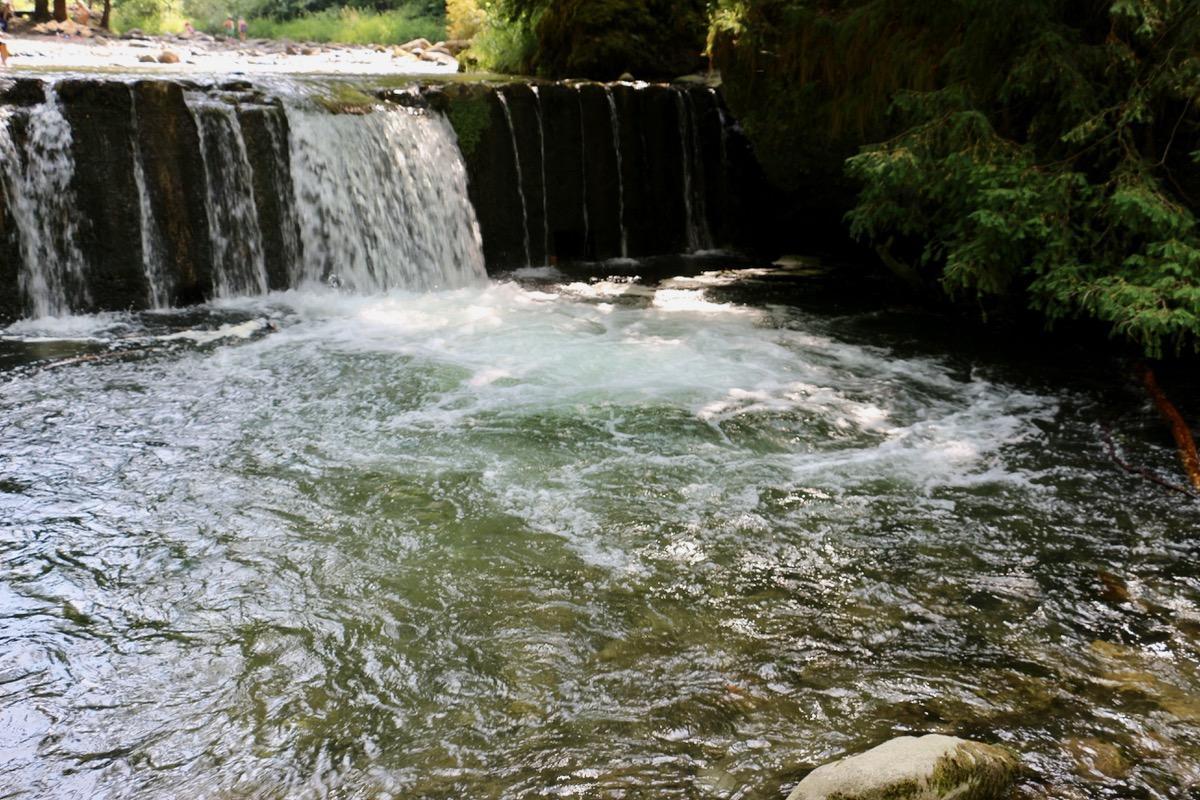 Bei den Wasserfällen ist die Lorze nicht selten so tief, dass man ein paar Schwimmzüge tun kann.