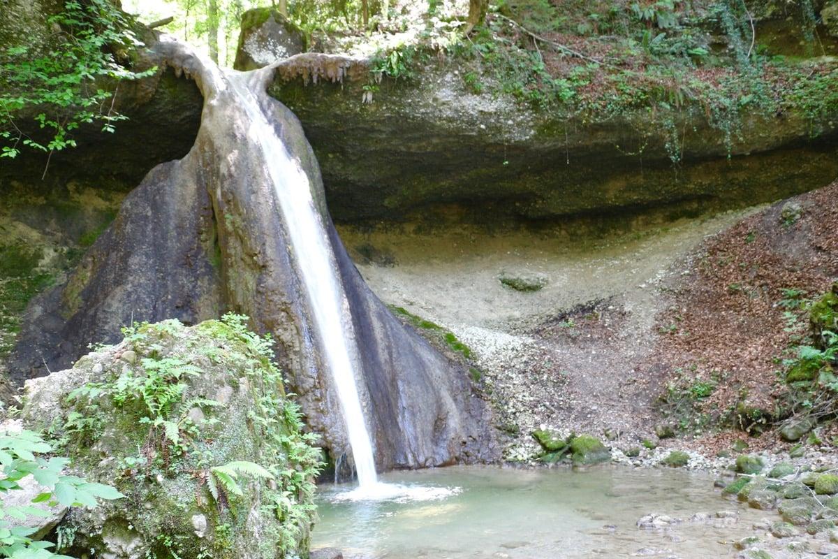 Ein weiterer unverhoffter Wasserfall: Auf dem Weg von der Tobelbrücke zur Wildenburg begegnet man diesem Bijou.