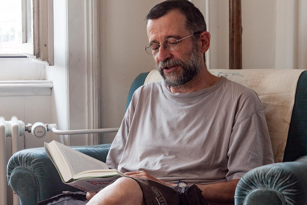 Ruedi Lötscher in seinem Wohnzimmer.