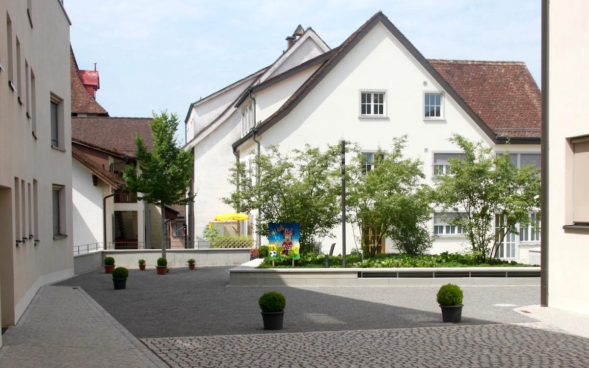 Ein begrünter Innenhof in Sempach.