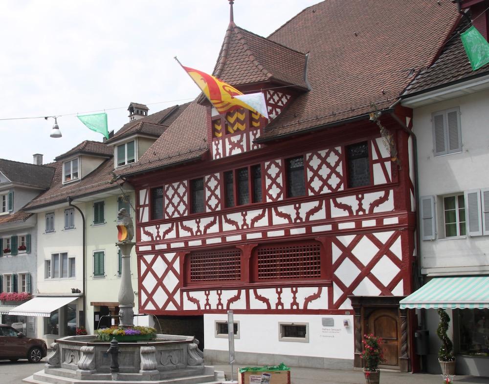 Das Rathaus mitten im Städtli.