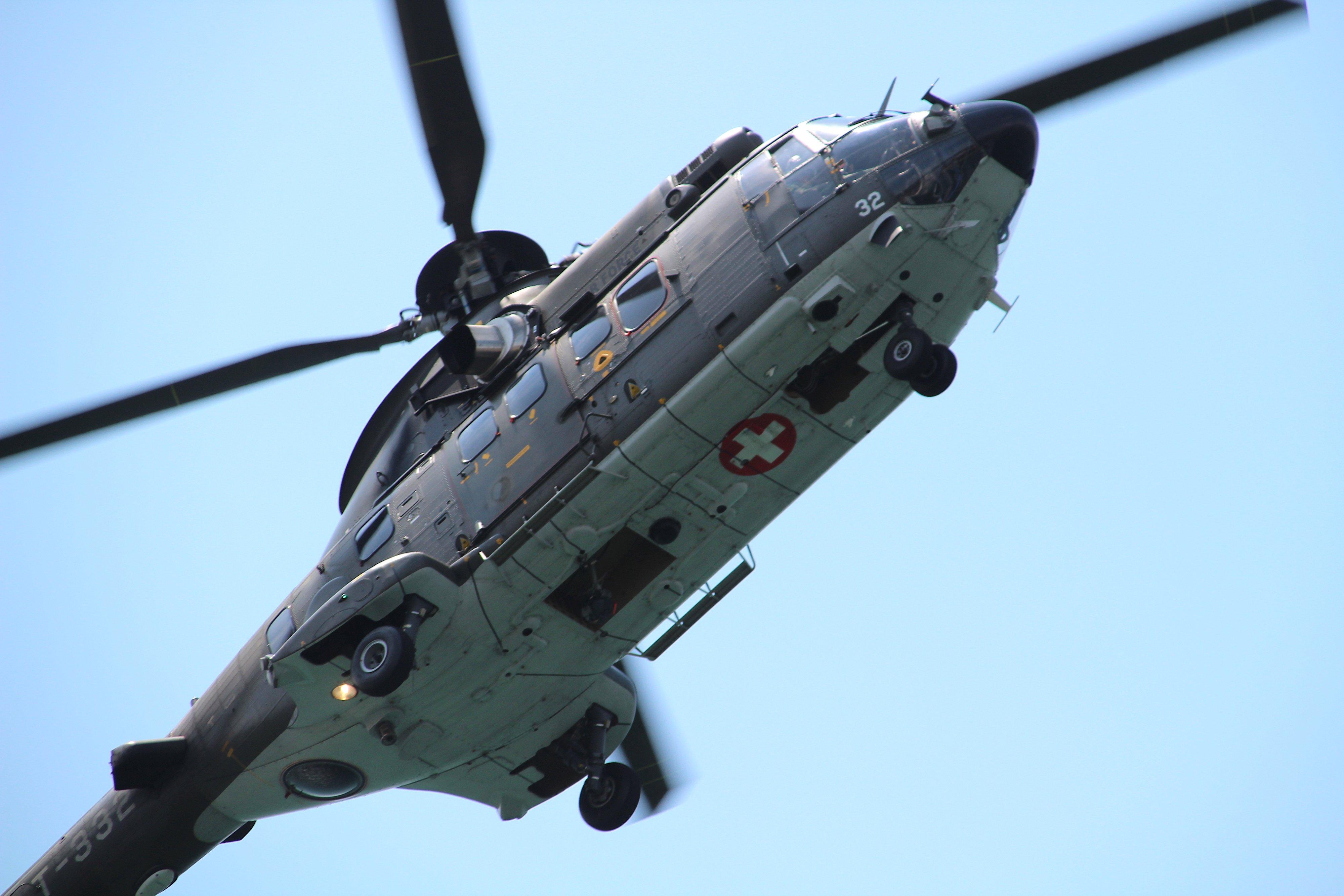Der Superpuma-Hubschrauber torkelt akrobatisch in der Luft.