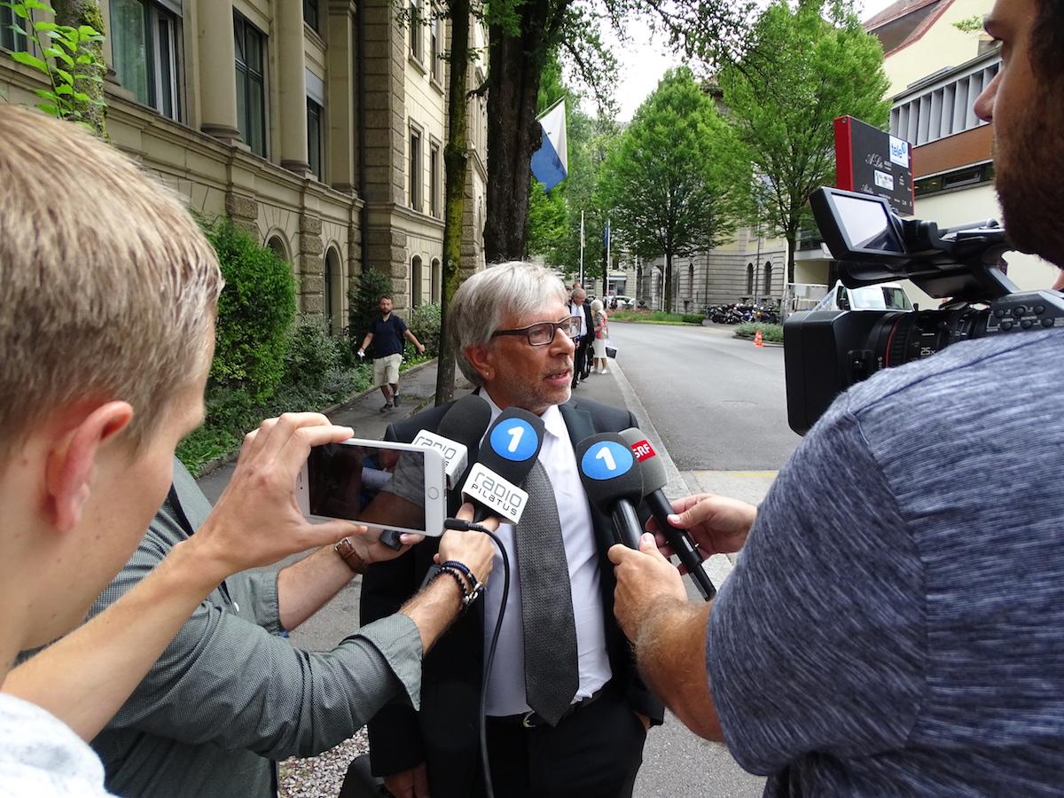 René K. Merz, Anwalt von Adi Achermann, gibt gegenüber den Medien Auskunft.
