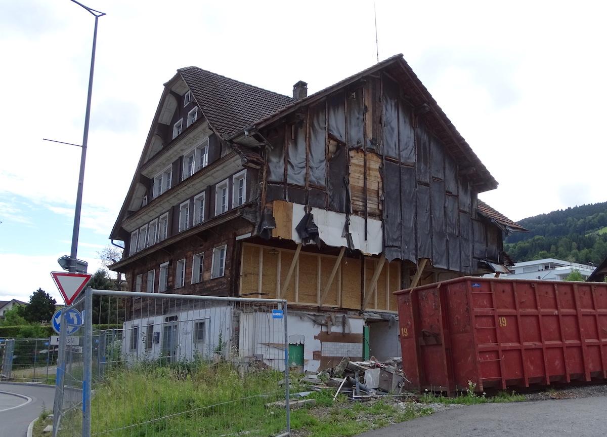 Das Rössli heute. An die abgebrochene Seite rechts wird ein neues Gebäude gebaut.
