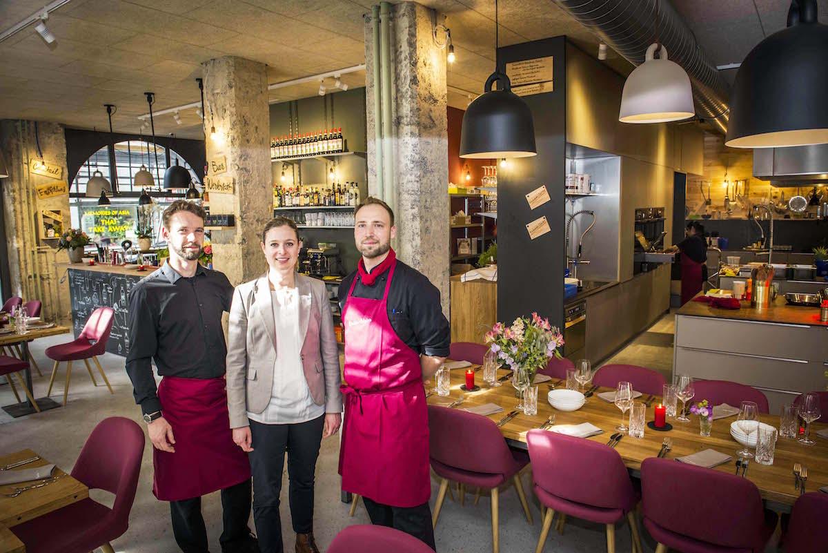 Sie begrüssen die Gäste in der neuen Genusswerkstatt an der Waldstätterstrasse 18 in Luzern: Gastgeber Thomas Nussbaumer (links), Geschäftsführerin Simone Müller-Staubli und Küchenchef Sebastian Hohl.
