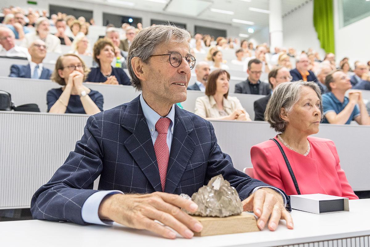 Uni-Rektor Paul Richli und seine Gattin Therese bei seiner Abschiedsfeier. Als Geschenk erhielt er einen Bergkristall. (Bild: Roberto Conciatori)