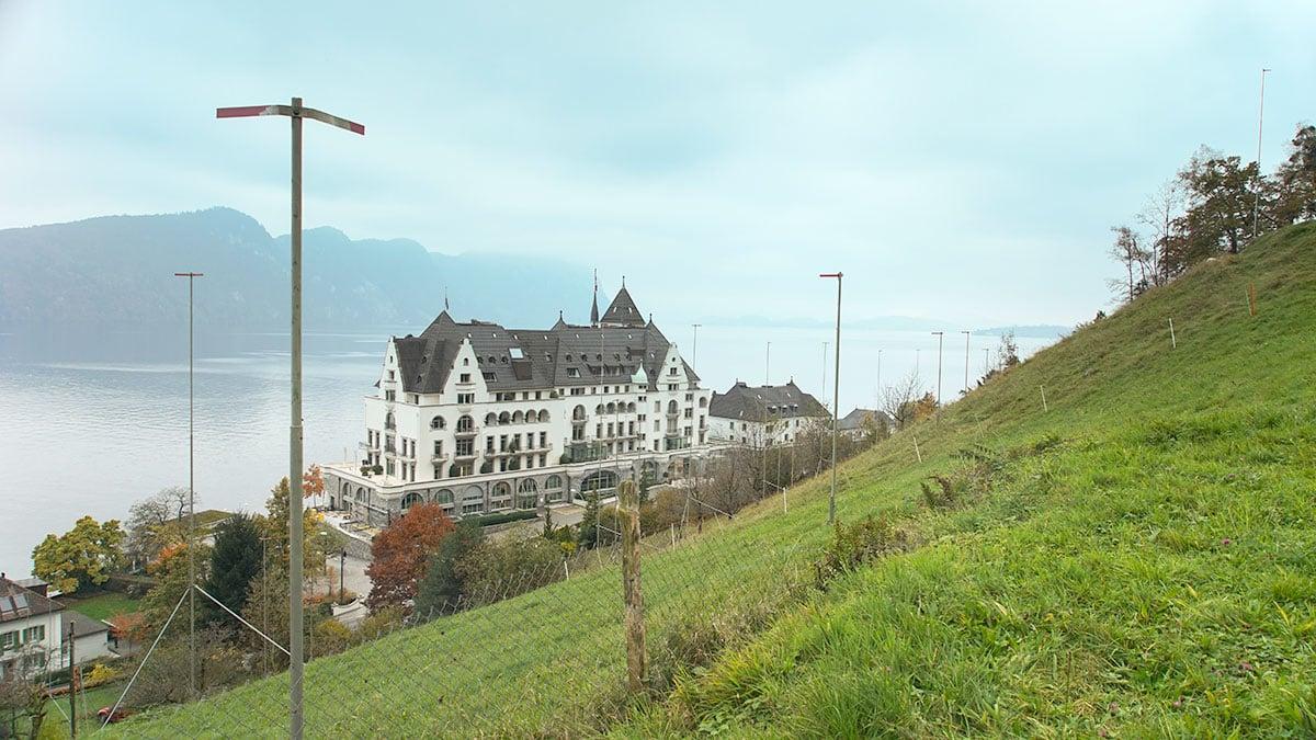 Im Hang des «Huseboden» sollen elf Villen gebaut werden. Hinten das Park Hotel Vitznau. (Bild: Robert Müller)