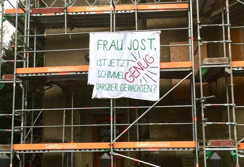 Baudirektorin Manuela Jost wird von den Aktivisten direkt angesprochen.