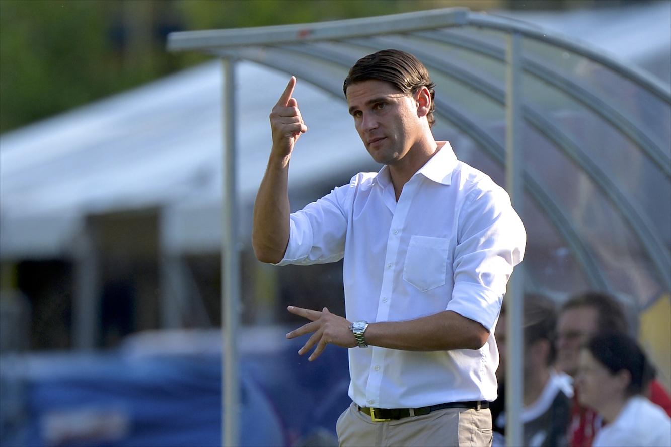 Trainer Gerardo Seoane gibt Anweisungen.