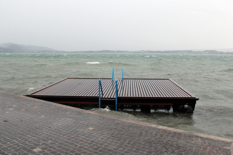 Das Floss der Badi Seeliken schwimmt unverankert vor dem Uferweg im Zuger Altstadtbereich.