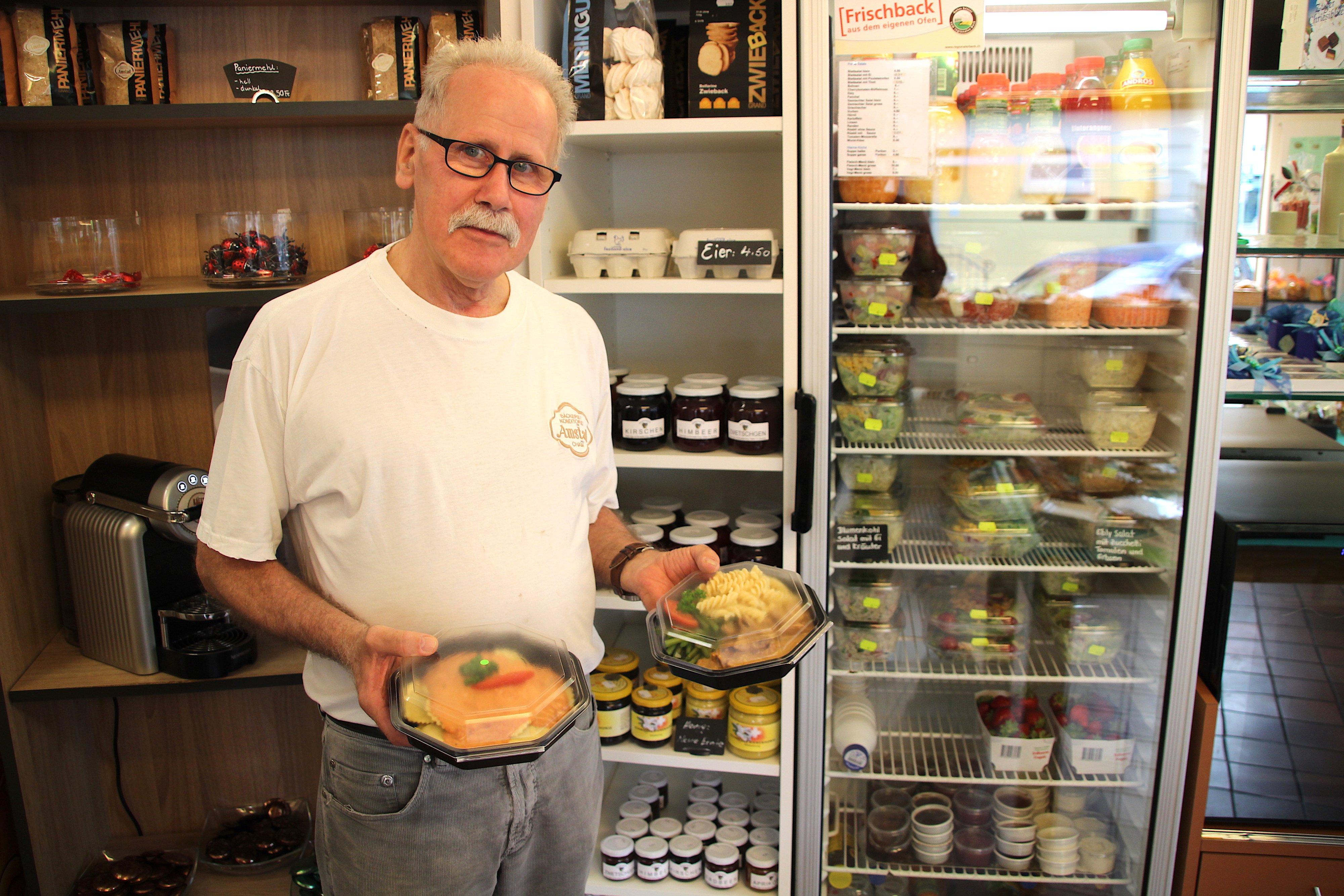 Menüs und Salate: Auf kleiner Verkaufsfläche bietet Bäcker Peter Amstad eine Menge an.