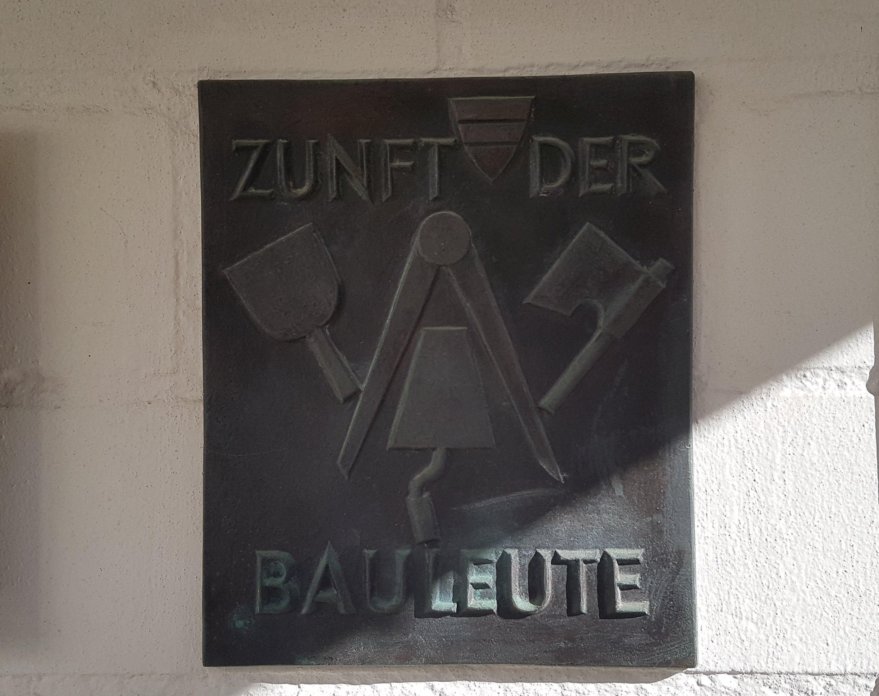 Am Eingang des Guggital prangt die Tafel der exquisiten Zuger Zunft.