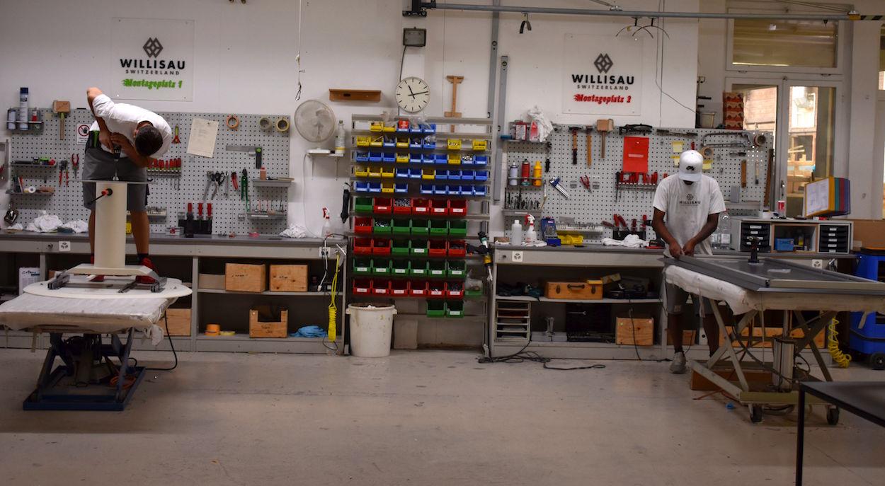 Manufaktur statt Masse: In Willisau geht ein Möbelstück durch viele Hände.