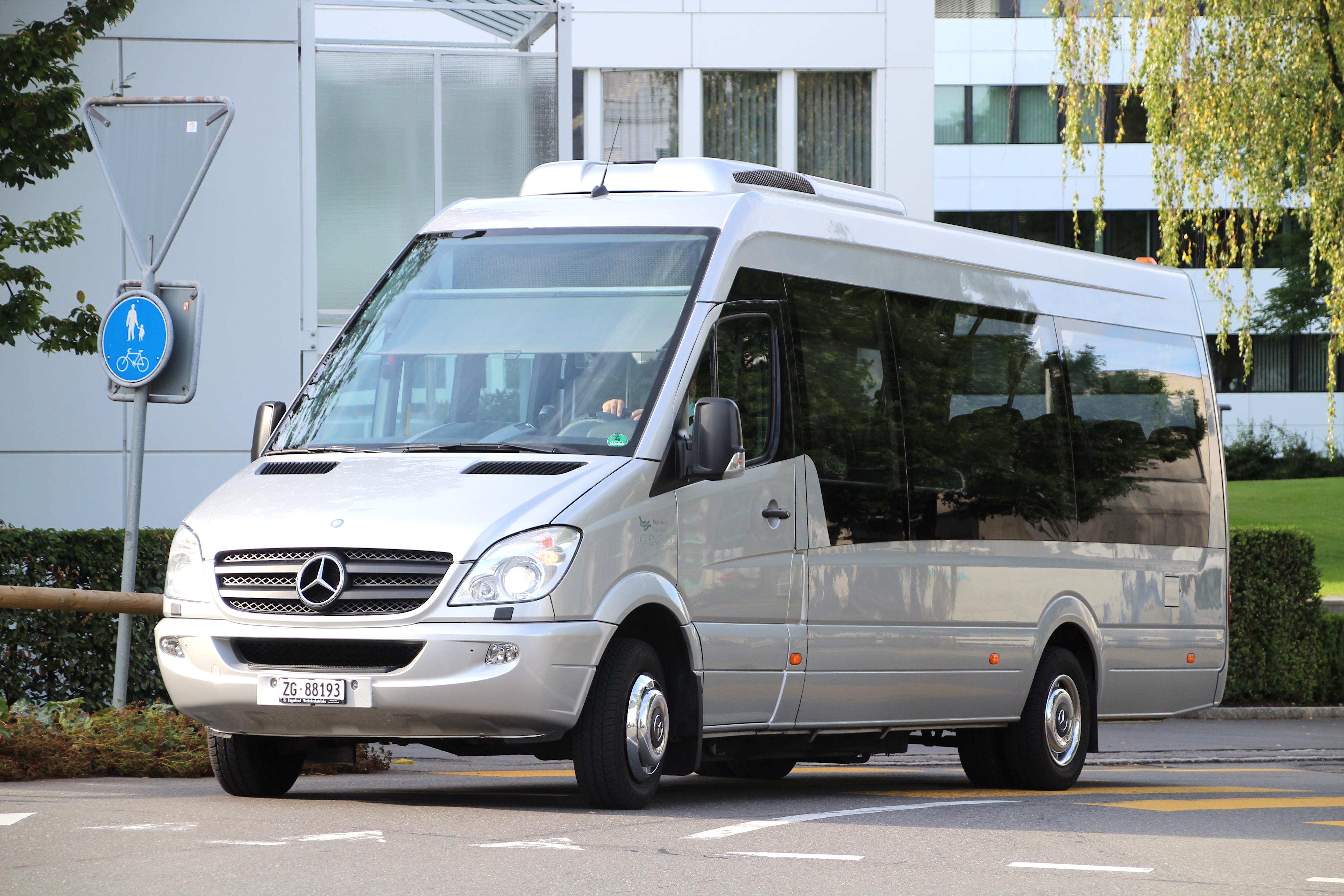 Mit diesen silbernen Shuttlebussen werden Glencore-Mitarbeiter vom Bahnhof Zug zur Firma in Baar kutschiert.