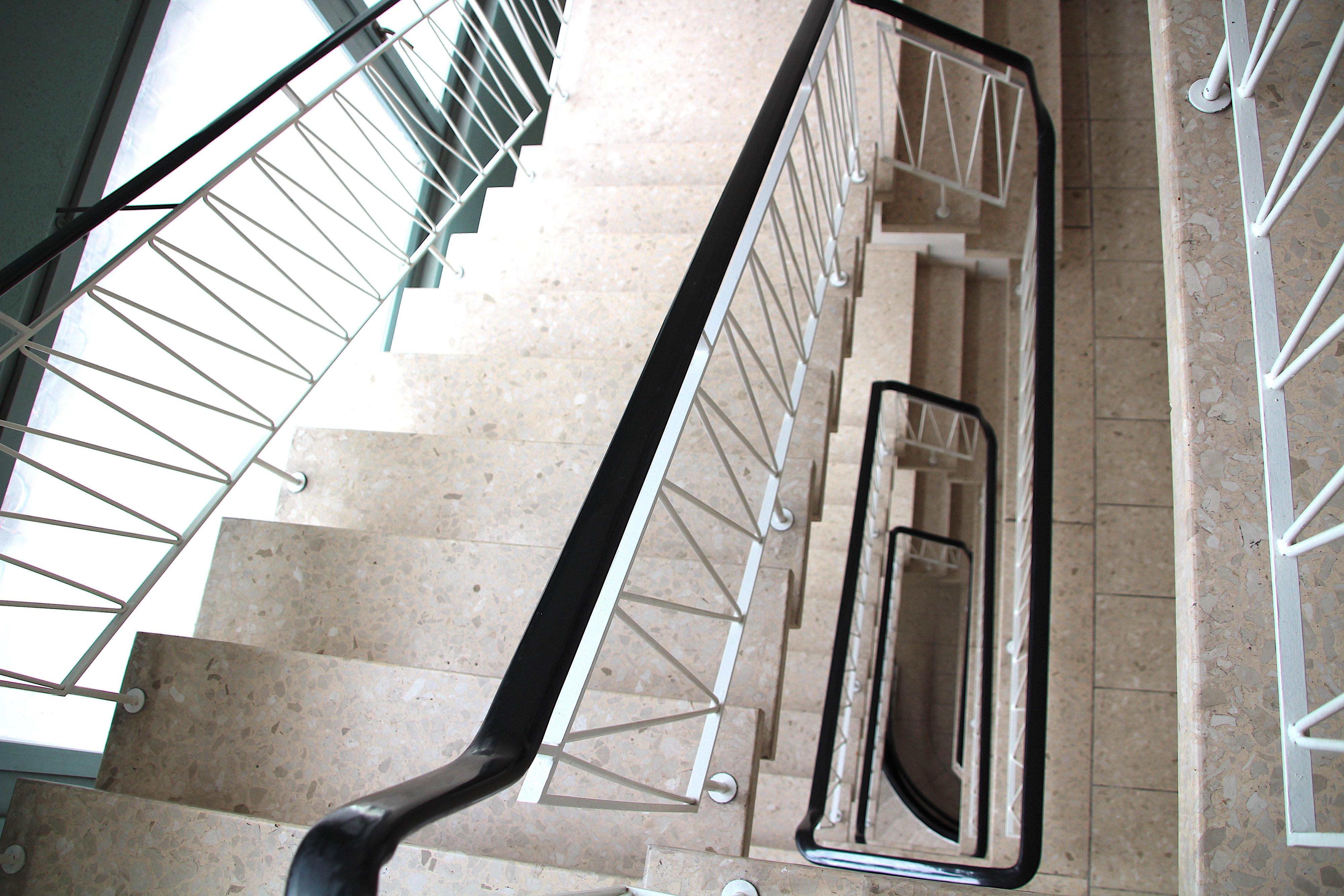 Helles und harmonisch gestaltetes Treppenhaus.