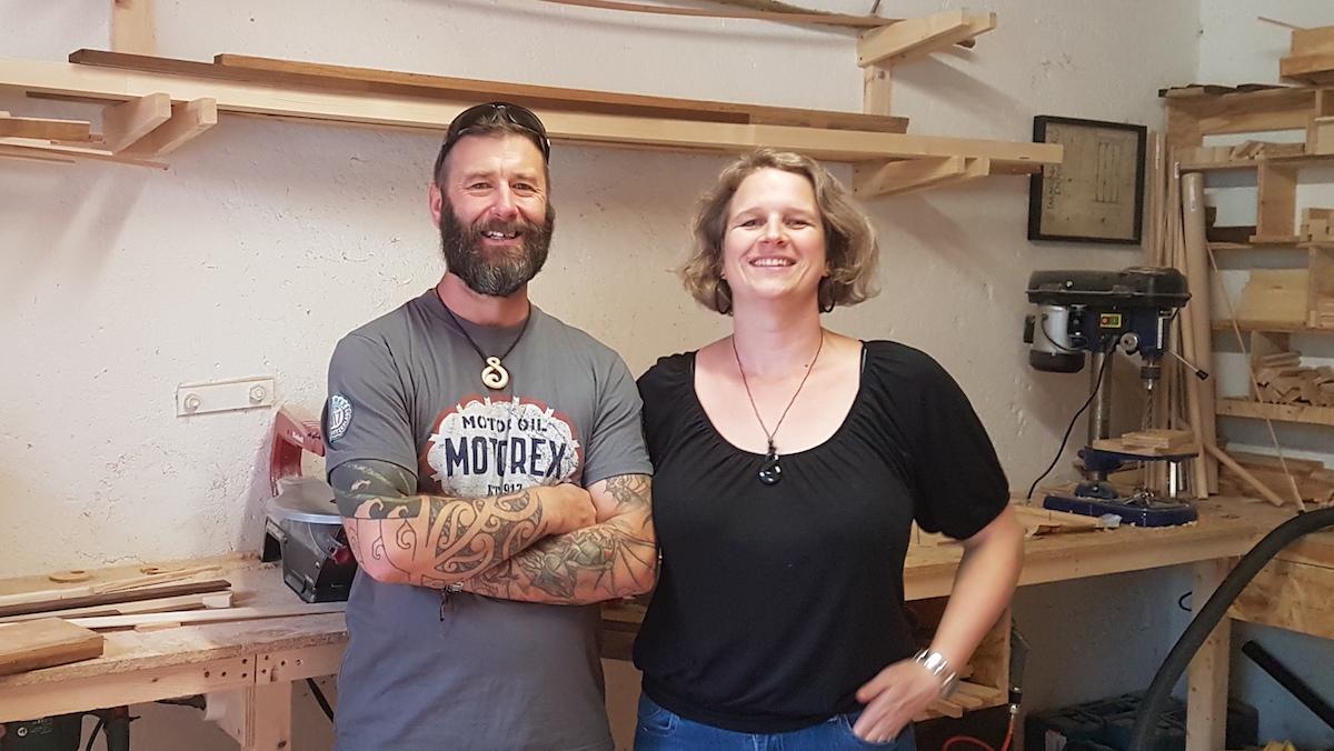 Stephen McEwen und Karin Brown in der Werkstatt.