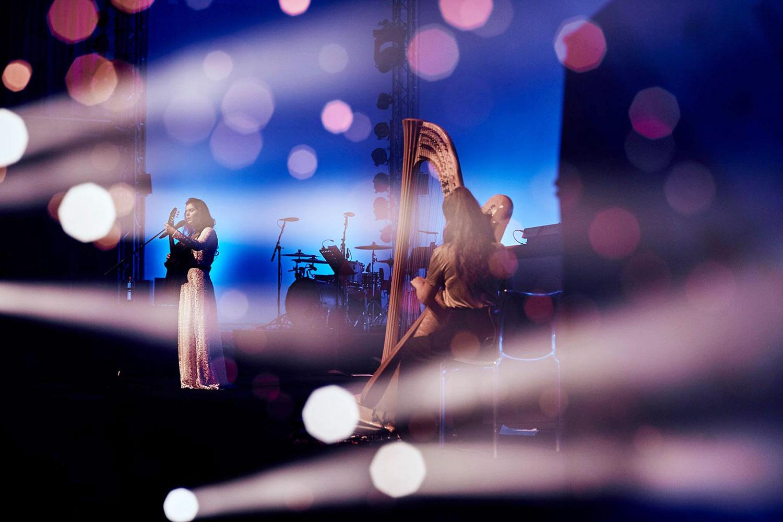 Viele Frauen auf der Bühne am Blue Balls: Katie Melua am 2016 im KKL.