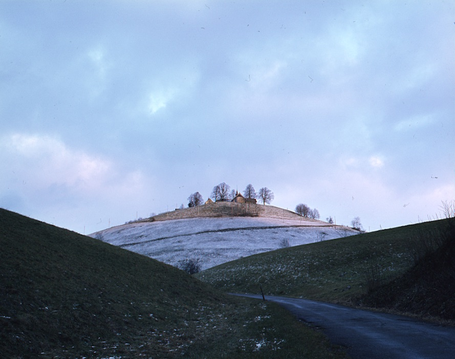 Im Zentrum des Films: der Gubel, ebenfalls ein Moränenhügel und mit seinen Kloster ebenfalls eine Art Kreuzhügel.