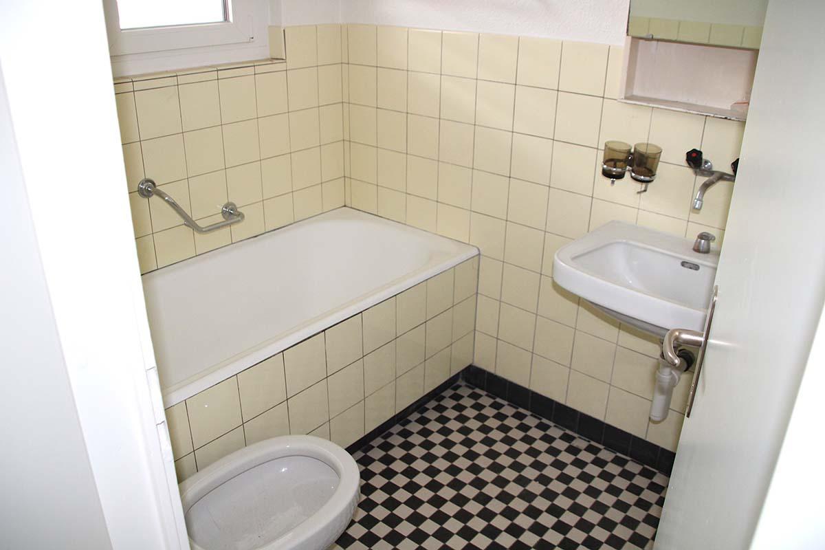 Das klassische Bad aus den 60-er Jahren: Mit vanillegelben Plättli und schwarzweiss Fliessen.