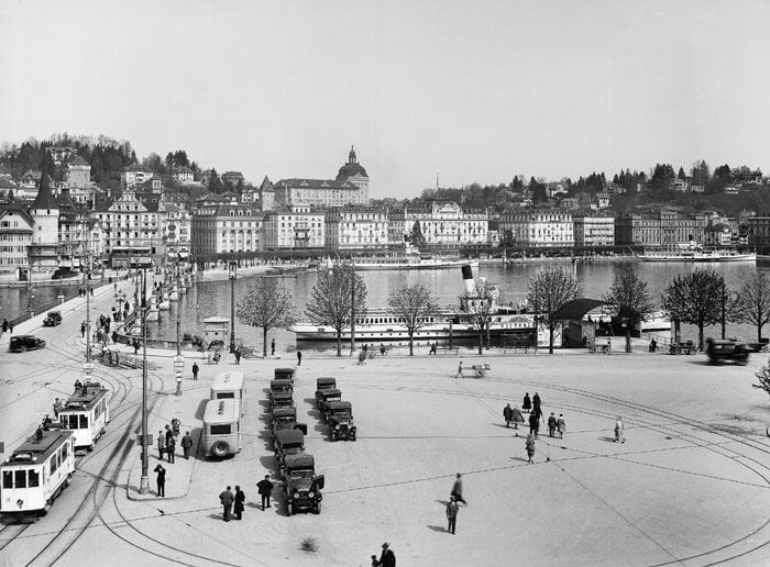 Bahnhofplatz mit Tram und Taxi, Seebrücke (Bild: Emil Goetz © Denkmalpflege Kanton Luzern)