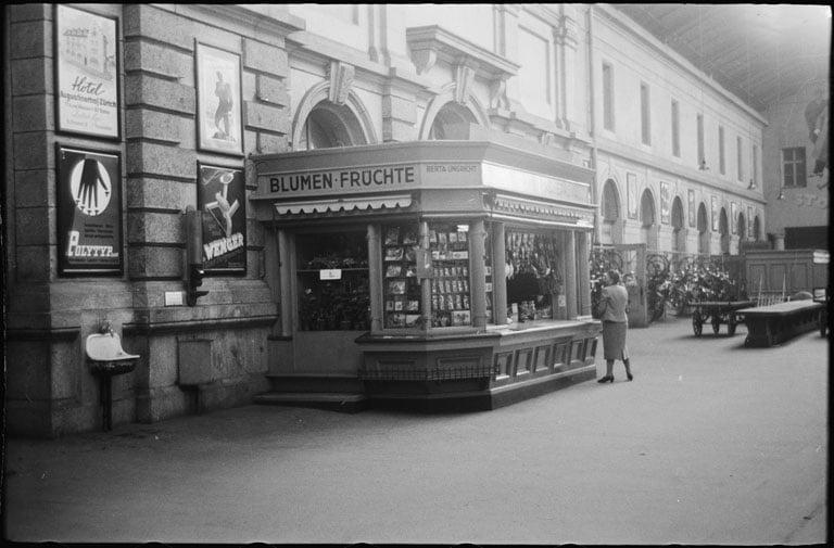 Kiosk im alten Bahnhof Luzern, evtl. an Gleis drei, bei Ausgang Zentralstrasse (Bild: Max A. Wyss © Stiftung Fotodokumentation Kanton Luzern)