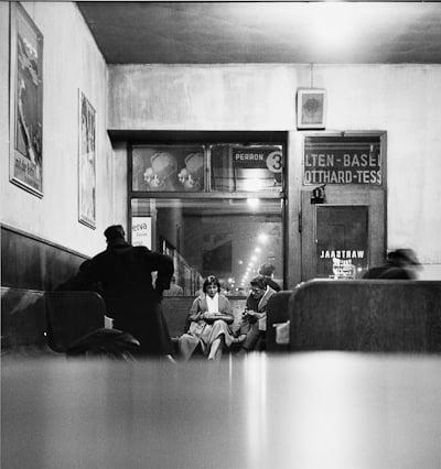 Wartebereich im alten Bahnhof ca. 1945(Bild: Max A. Wyss, ©Stiftung Fotodokumentation Kanton Luzern