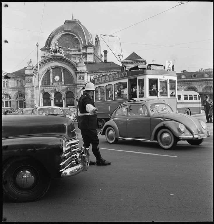 Verkehrspolizist vor dem alten Luzerner Bahnhof, ca. 1940 (Bild: Max A. Wyss ©Stiftung Fotodokumentation Kanton Luzern)