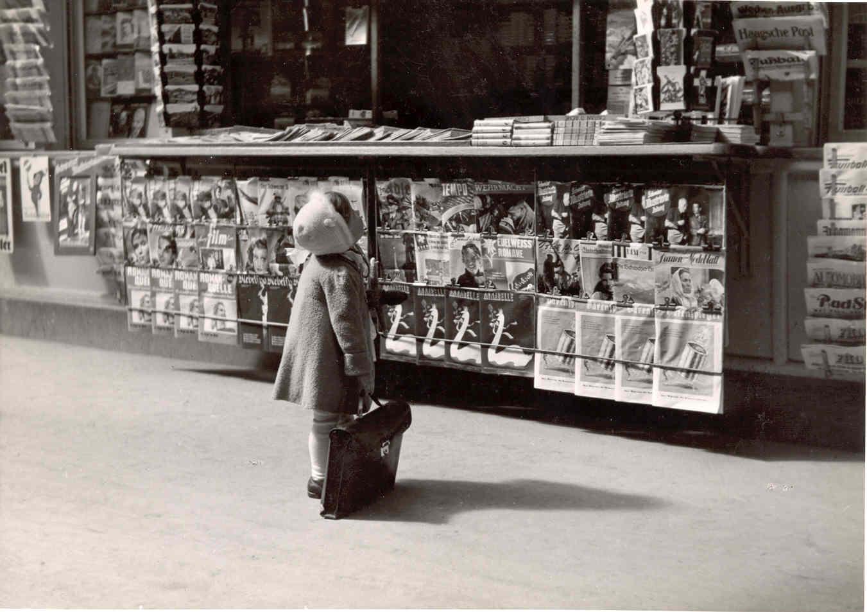 Mädchen beim Kiosk am Bahnhof Luzern, 1944 (Bild: Clemens Schildknecht © Stiftung Fotodokumentation Kanton Luzern)