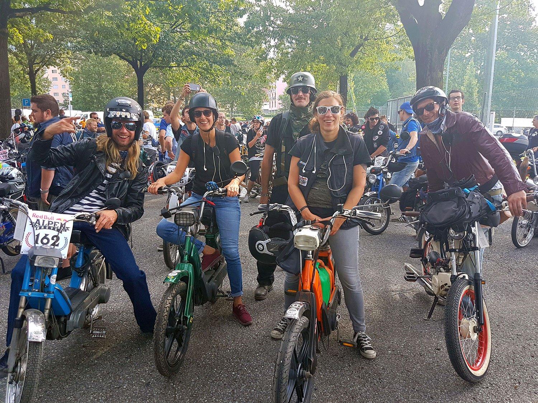 Sieben Fahrer und zwei Fahrerinnen bilden die «LUTown2strokemountaingoats» – von links: Lukas Chapchal, Sandra Jovanovic, Albert Bucher (stehend), Mirjana Bucher und Patrick Bucher.