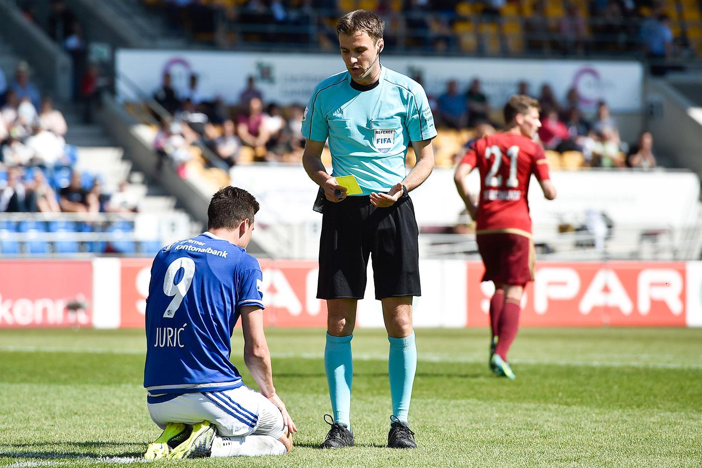 FCL-Spieler Tomi Juric sieht von Schiedsrichter Stephan Klossner die gelbe Karte.