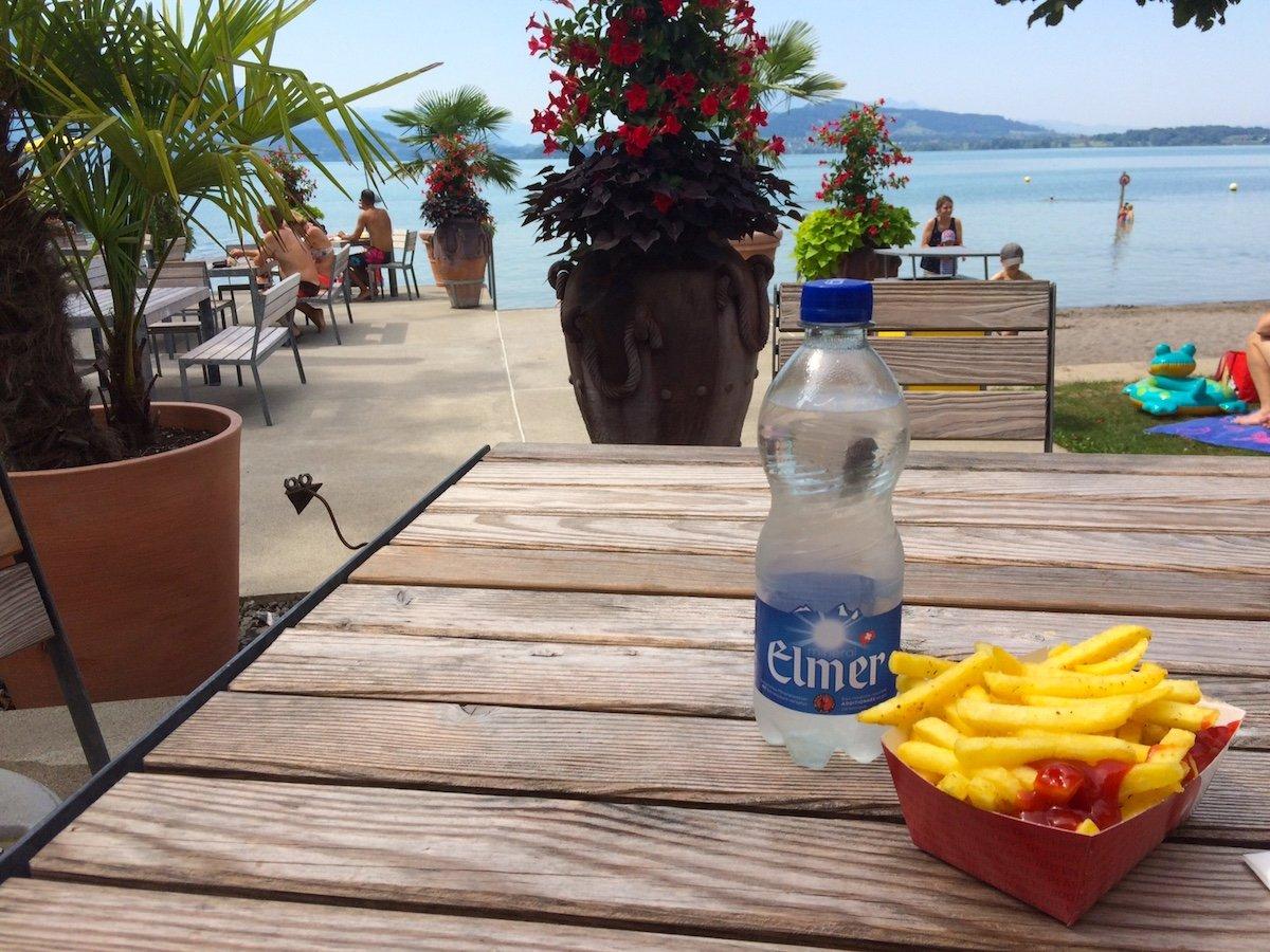 Im Strandbad Zug werden 7.50 Franken für eine Portion Pommes fällig.