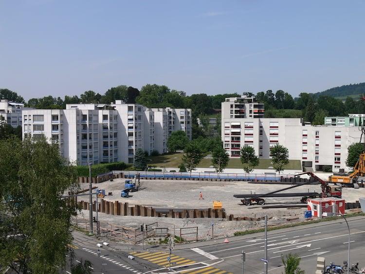 Das Baufeld des Projekts «Schönbühl Allee», wo vorher Autogarage und Tankstelle beheimatet waren.
