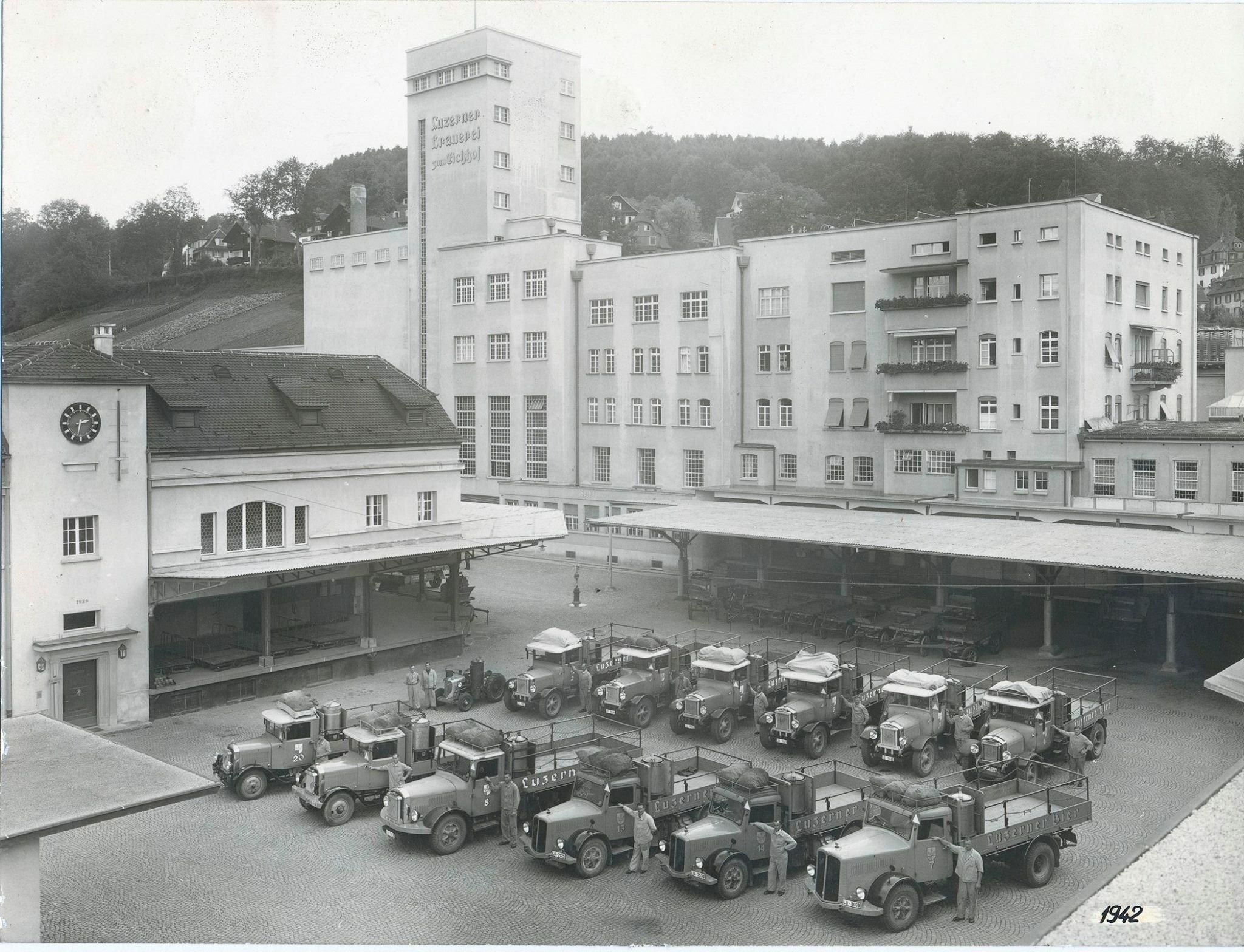 Die «Luzerner Brauerei zum Eichhof AG» während des Zweiten Weltkriegs. Die Lastwagen: Holzgas-Generatoren trieben die Bierlastwagen an.