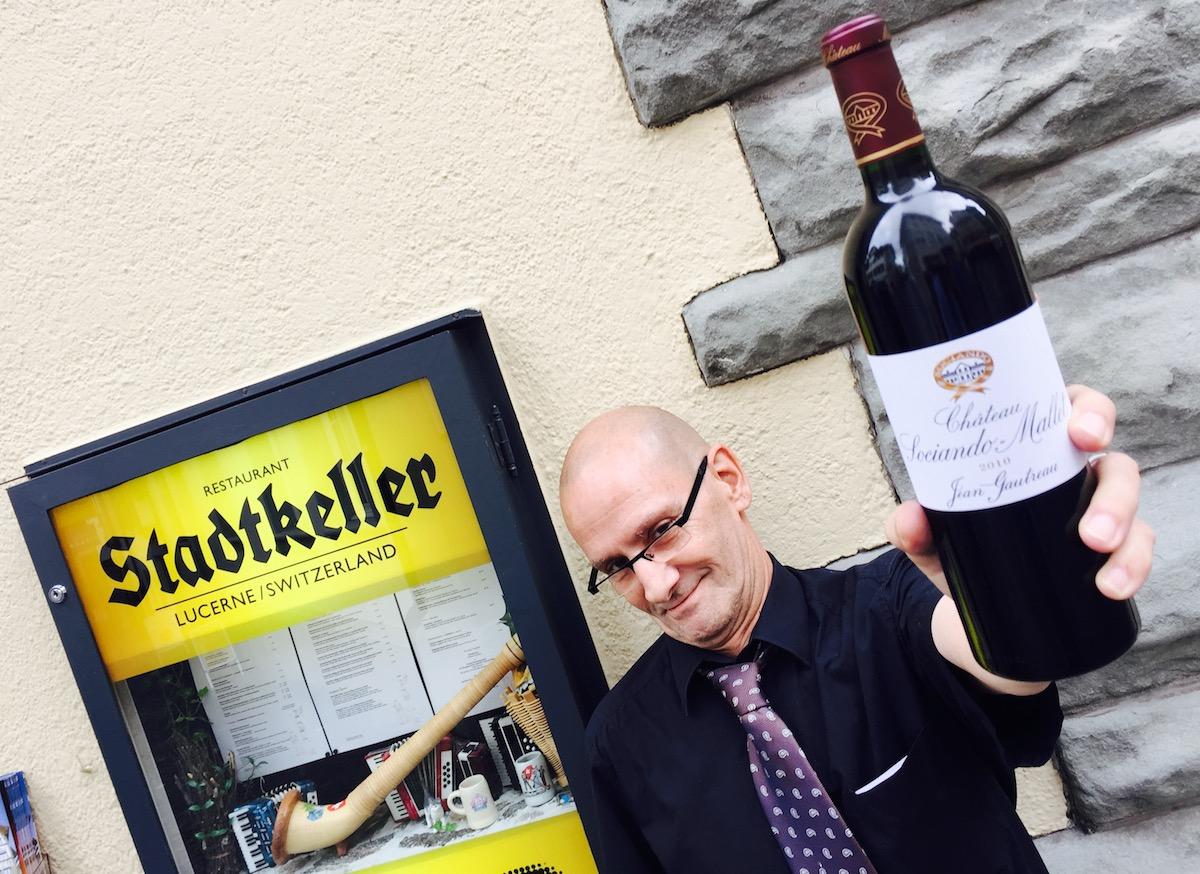 Sinn fürs Leckere: Stadtkeller-Kellner Peter Müller mit Hofers Hauswein.