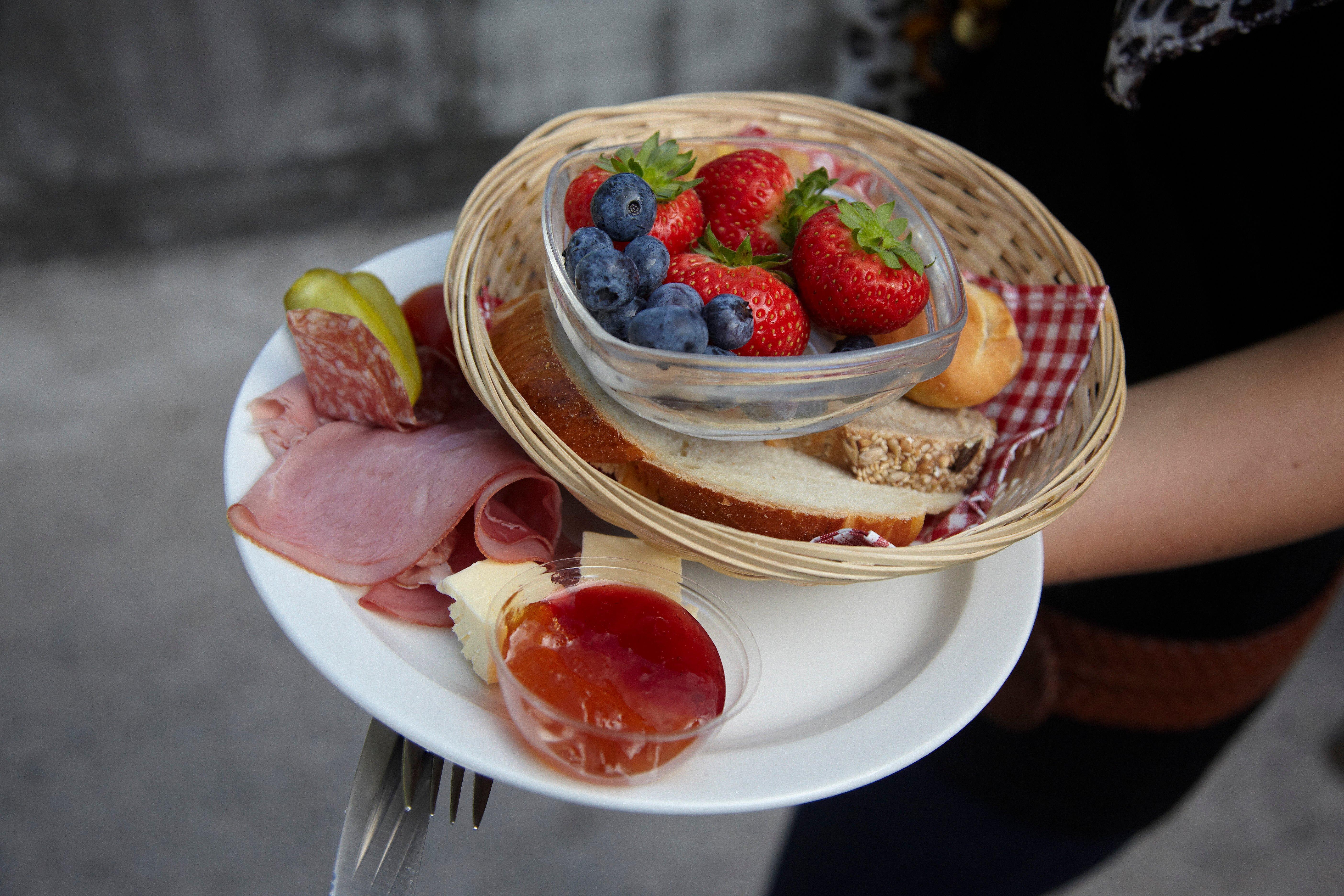 Ein voller Teller beim 1.-August-Brunch ist eine echte Schweizer Tugend.