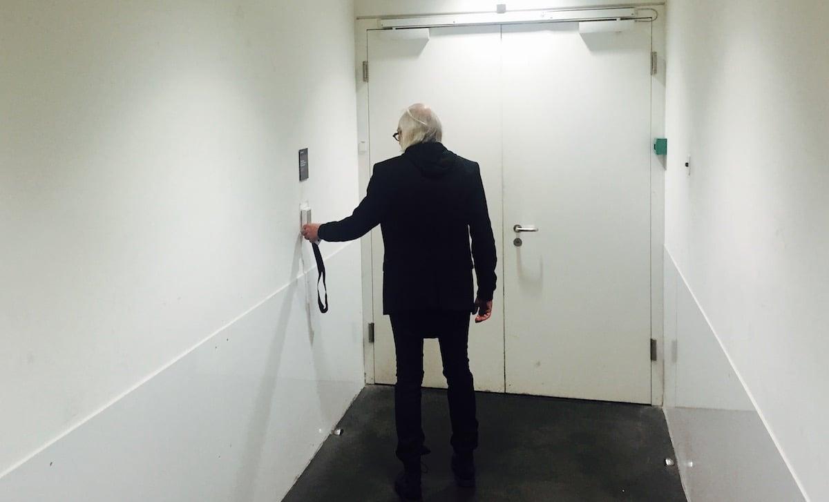 Ganz in Schwarz: Der Mann auf Adrenalin fliegt durch die KKL-Räume.