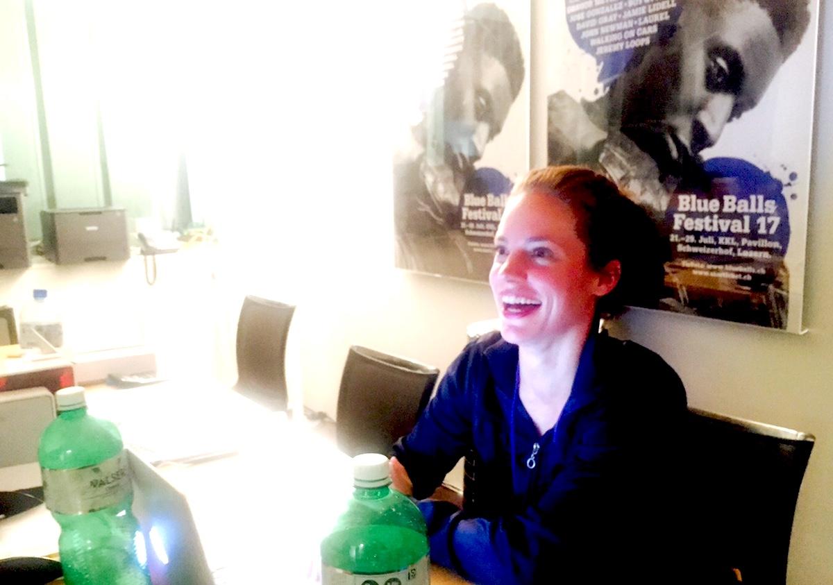 Um Mitternacht an der Arbeit: Stephanie Stöckli rollt dem TV-Team den roten Teppich aus.