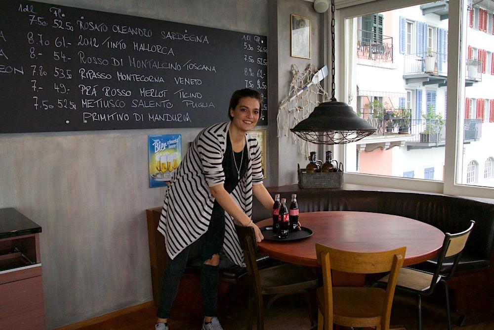 Elvira Capparelli vor der neuen Sitzlounge des «Hops One.» Im Hintergrund eine Vorschau des Weinangebots.