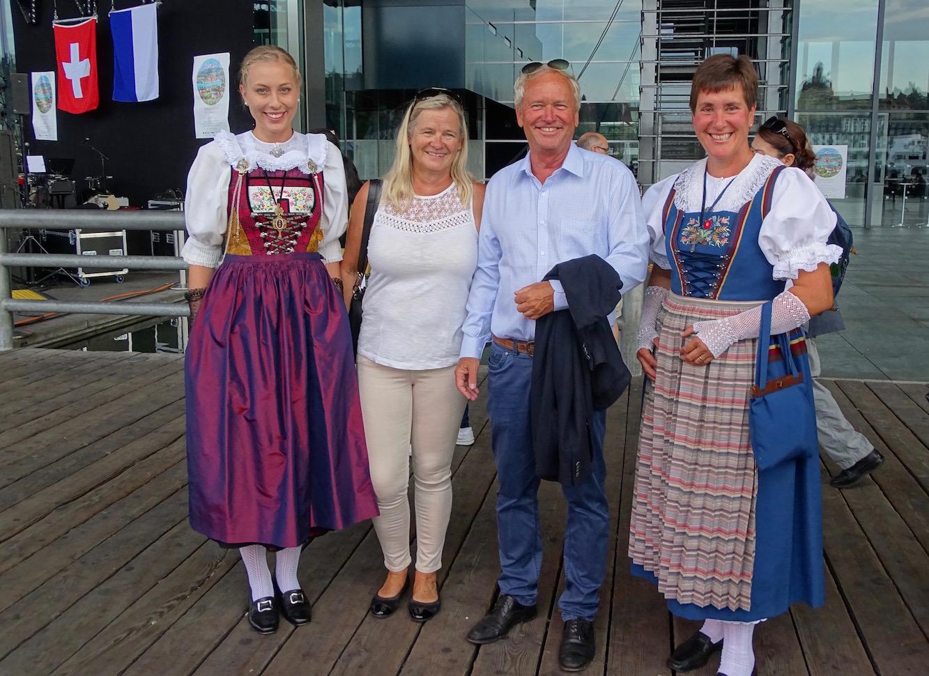 Paul Winiker mit Gattin, umrahmt von Marlis Krummenacher (rechts) und ihrer Tochter.