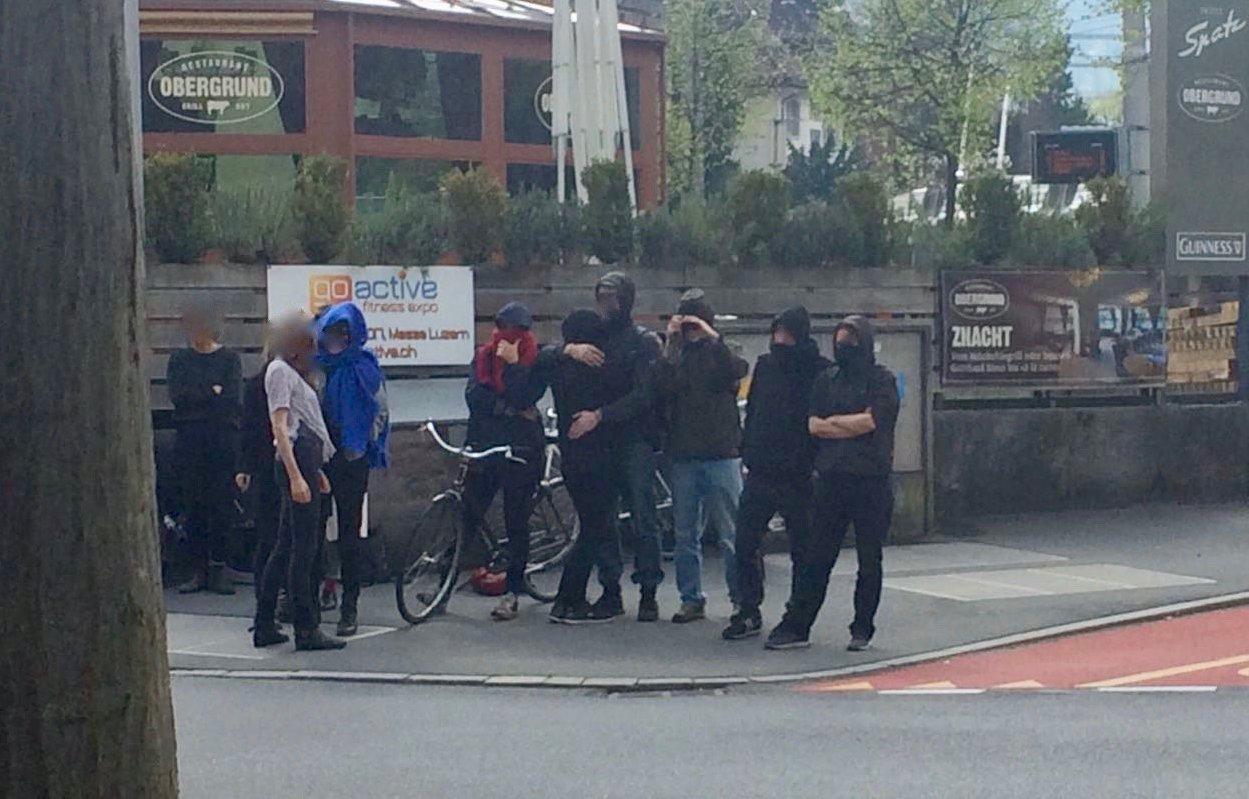 Die Aktivisten wehrten sich vor dem besetzten Haus mit Parolen gegen die anwesende Polizei.