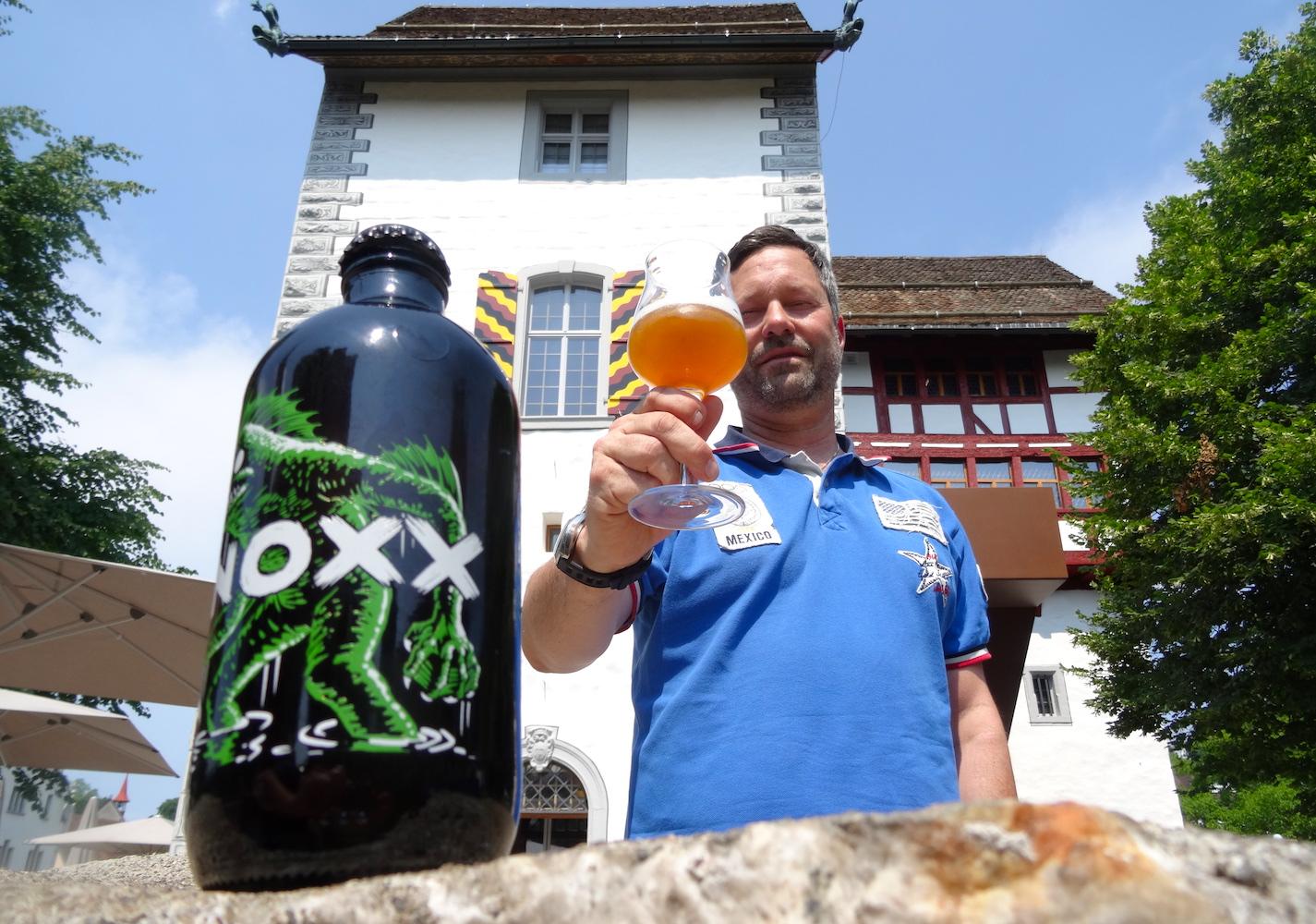 Adrian Woerz vom Brauhaus Eisbock mit dem ersten Stadtzuger Bier bei der Burg Zug.